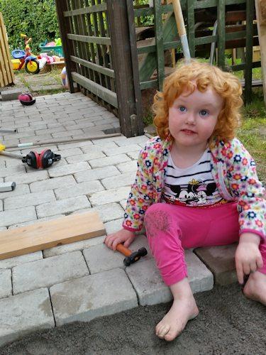 140703_Emelie helping pappa